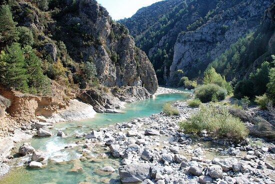 Fiscal, Ισπανία: Souvenirs de mes Voyages --- Espagne -- Aragon -- Le rio Ara aborde un canyon à la hauteur de Janovas . Le village fût abandonné pour un projet de construction d'un barrage au niveau de cette photo à l'époque de Franco - Le projet n'a jamais vu le jour . 20.10.22