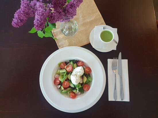 Alytus, Litauen: Salads with burrata cheese.