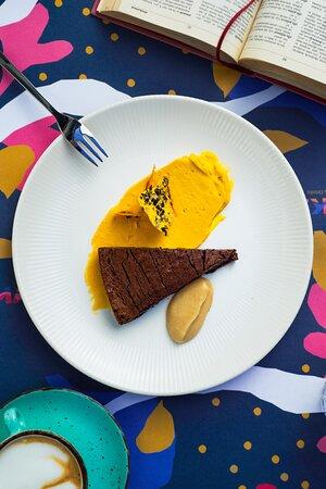 Market Mud cake s pireom od pečene jabuke i kremom od slatke bundeve s mascarponeom  Market mud cake with baked apple purée & pumpkin mascarpone cream