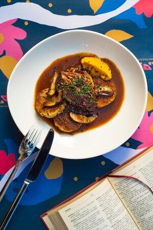 Gulaš od juneće koljenice s lovačkom knedlom i portobello gljivama  Beef shank stew with traditional dumpling & portobello mushrooms