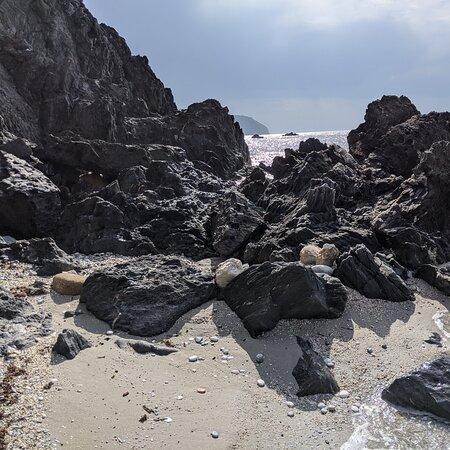 MARO. CRÓNICAS VIAJERAS. Esta playa de tierra dura y negras rocas encharcadas me parecen propias de un planeta ignoto