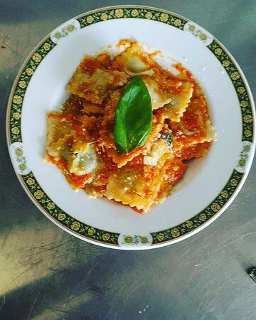 La Forchetta d'Oro: Ravioli de la maison avec tomate sauce et basilic