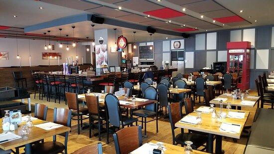 Saint-Lin-Laurentides, Canada: Choix de tables ou banquettes.
