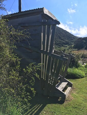 Kapiti Coast, New Zealand: The loo has a stable door so that you can enjoy the view while doing your business.