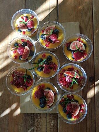 Wegański deser chia z sosem mango i świeżymi owocami