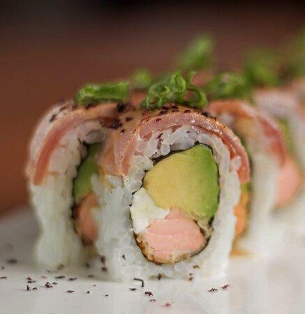 Maki Shogun, uno de los favoritos de nuestros #SakuraLovers! Salmón furai, paltita y queso crema cubierto con pescado flambeado en salsa oriental. ¡Imperdible!