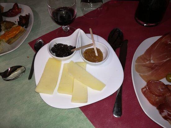 Colobraro, İtalya: formaggi e confetture (stupenda quella di olive)