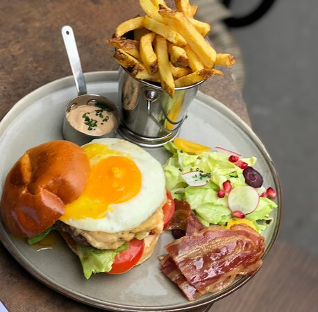 Burger sin city... Beef burger with delicious sauce, crunchy bacon and sunny side up. Served with fries....