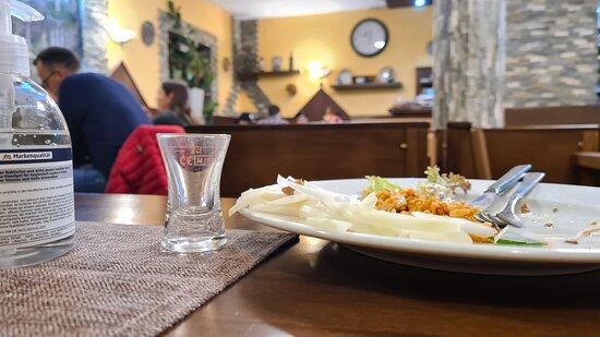 Jettingen Scheppach, Germania: Begrüßungs-Ouzo und ein leerer Teller - so schmeckts hier
