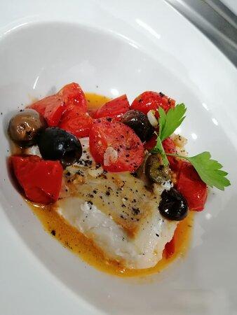 Baccalà a la mediterranea: Baccalà, pomodorini, olive leccino e capperi  Bacalao, tomatitos cherry, alcaparras, aceitunas leccino