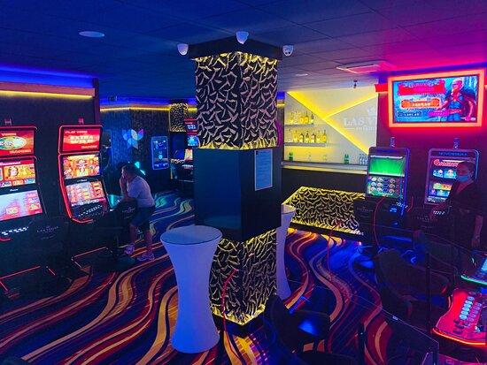 Pascani, Rumania: Las Vegas Games – Paşcani, Ştefan cel Mare – aparate tip slot machines, casino, sloturi, păcănele, jocuri de noroc, ruletă, jackpot-uri, pariuri sportive, cafenea, bar, băuturi din partea casei, tombole, premii cash, distracţie şi multe surprize.