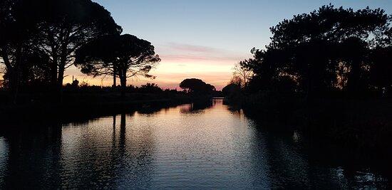 Argens-Minervois, France : couché de soleil sur le canal