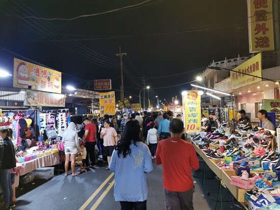 台灣西區: This nigh market run on Saturdays is a good place for family recreation during weekends.