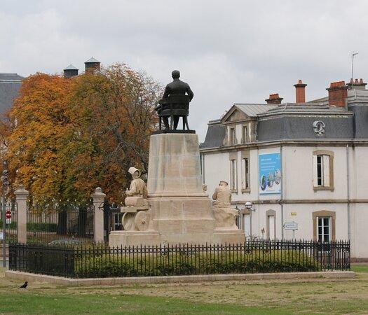 Monument À Henri Schneider