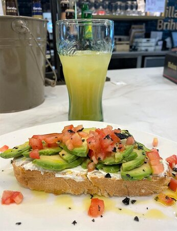 Desayunos ricos y contundentes para empezar el día con energía. Nos encanta esta propuesta de nuestra carta de desayunos: tosta de aguacate con queso crema. ¡Una maravilla!