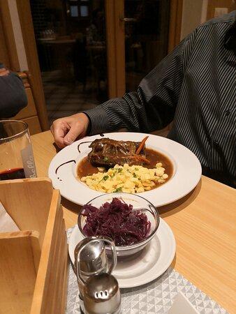 Spiegelau, Tyskland: Rinderroulade mit Spätzle, Blaukraut.   11 Euro  Dazu hatten wir 1/2 l Zweigelt, 7 Euro. Weizen 2,70 Euro. Johannisbeerschorle 0,4 l  3,20 Euro. Kaffee 2 Euro.