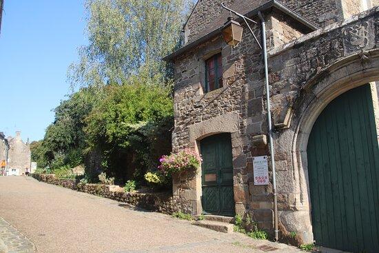 Lehon, Francie: L'entrée, côté village, et en haut le jardin des simples