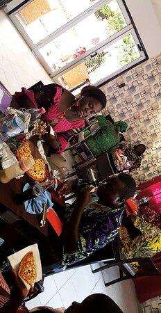 Abomey-Calavi, เบนิน: Les moments les plus agréables se partagent toujours en famille ou entre amis au restaurant pizza royal.