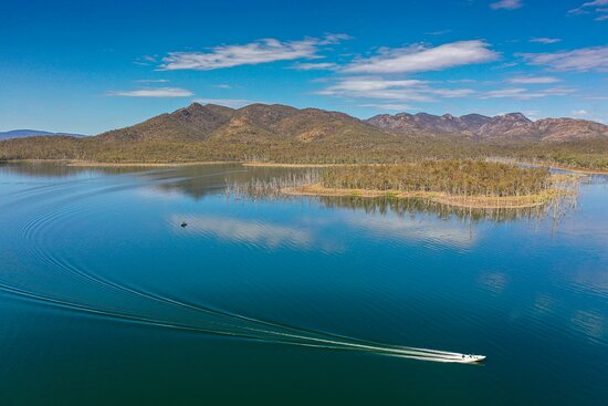 Benaraby, أستراليا: Lake Awoonga is known around Australia for its prize Barramundi fishing. Try your hand at catching a 'pink tagged' Barramundi and win $1,000 for your effort!