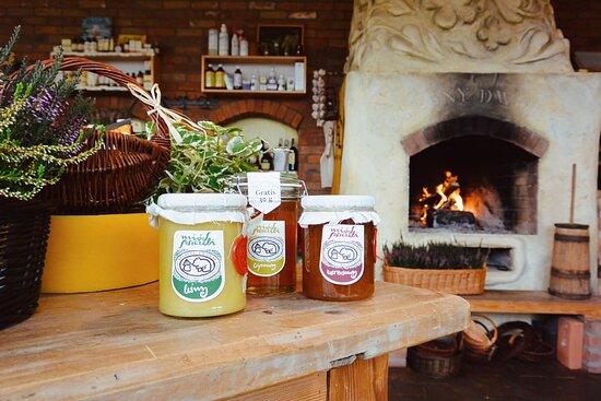 Szczytno, Ba Lan: Wnętrze naszego sklepu pszczelarskiego. Znajdziesz u nas najlepsze miody, zdrowe produkty pszczele i naturalne kosmetyki bazujące na produktach pszczelich. Pszczelarzom oferujemy szeroki asortyment artykułów pszczelarskich. Zapraszamy!