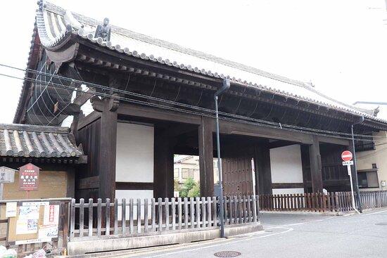 三十三間堂の南の端にある大きな門です