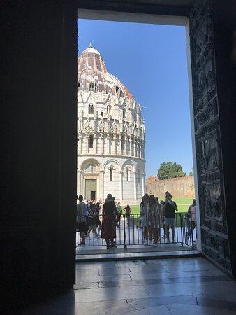 il battistero dalla porta della cattedrale