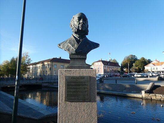 Statyn ''charles Hill''