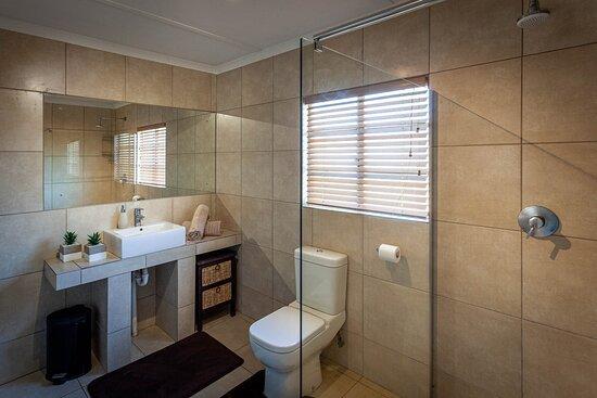 Kamieskroon, South Africa: Frances unit: bathroom