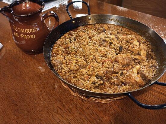 Restaurante de cocina de montaña en el pas de la casa. Platos como la escudella y carn d'olla, arroz de montaña, bacalao fregit amb mongetes de santa Pau, bacalao con samfaina o crema catalana.