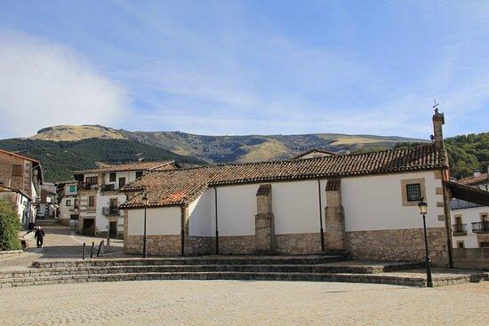 Candelario.  Ottobre 2019. Dietro al paese la montagna che è stata teatro dell'arrivo di una  tappa della Vuelta 2020.