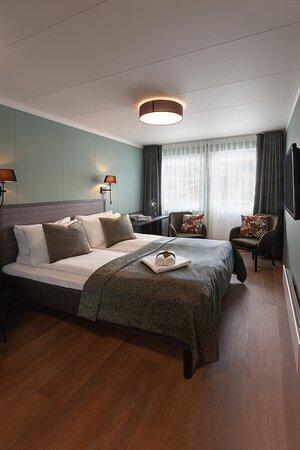 Vikoyri, Na Uy: Alle våre rom har balkong med 2 sitteplassar. Alle rom kan brukast som enkelt- eller dobbeltrom. Alle soverom er nyoppussa januar 2020.
