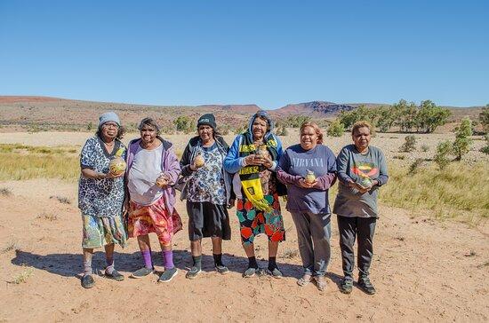 Hermannsburg, Úc: Aritsts; Judith Inkamala, Rahel Ungwanaka, Dawn Wheeler, Anita Ratara, Aliza Coulthard, Hayley Coulthard
