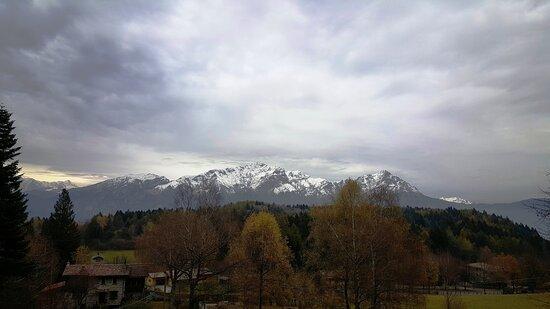 Civenna, Taliansko: Vista del gruppo delle Grigne dal Rifugio Anna Maria con la prima spruzzata di neve. Si nota bene da sinistra la Grigna Settentrionale mt 2.410 e a destra la cima della Grigna Meridionale o Grignetta mt 2.177. (Autunno 2020)