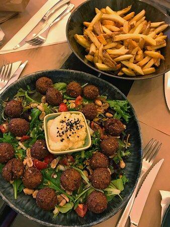 option vegan: falafels, houmous, frites maison. en entré nous avons également eu des plats très bon et joliment présentés.