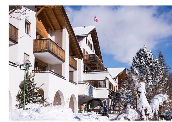 Aussenansicht im Winter. In Davos Wiesen liegt normalerweise ab Mitte Dezember bis anfangs März Schnee.