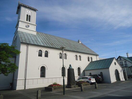 Reykjavik, Iceland: Widok na niedużą , ale zadbaną katedrę .