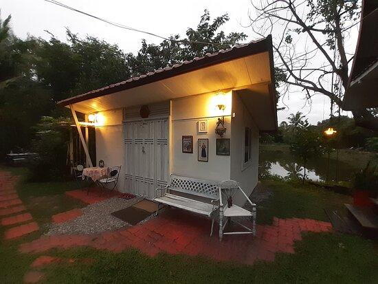 Kumphawapi, Thailand: โฮมสเตย์สวยๆมีความเป็นส่วนตัว ใก้ลทะเลบัวแดง ระยะทางประมาณ 2 กม จากที่พัก บ้านหลังเล็ก ห้องแอรฺ์ น้ำอุ่น  ห้องน้ำในตัว พร้อมเตียงนอน 5 ฟุต เหมาะสำหรับ 2 ท่าน  บรรยากาศบ้านสวนวิวสระนำ้พร้อมสวนหย่อม พร้อมที่จอดรถ Wi-Fi ฟรี