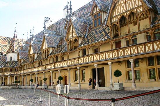 Cour et toits des hospices de Beaune avec le sens de circulation durant la covid 19 (en juillet 2020).