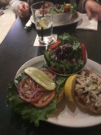 Lone Butte, Kanada: Salmon Burger Meal with salad  -Great Choice!!