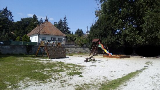 Topoľčianky, Slovensko: Verejné Detské Ihrisko Park Zámok