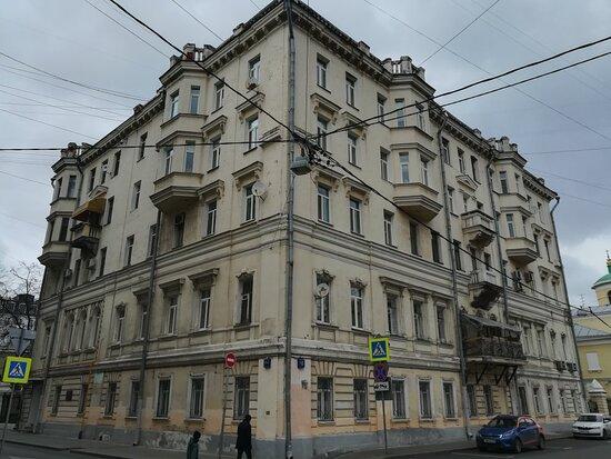 Zhiloi dom Frolovykh -Bari