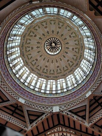 la impresionante cúpula del mercado central de Valencia