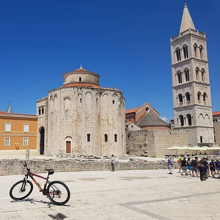 Zadar megye, Horvátország: Say YES! to a bike route that head north from Zadar through Petrčane to Nin, the capital of many Croatian rulers, and continues through the fields of Zadar hinterland.   📸 Instagram.com/zzuum  More ↘  http://www.zadarbikemagic.com/en/trail/road-3-zadar-1
