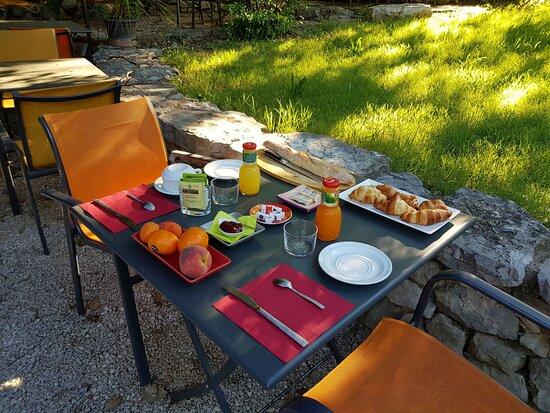 Brissac, France: Petit déjeuner continental des chambres d'hôtes