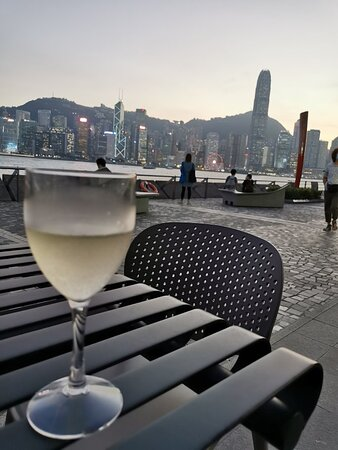 Great place to wrap up the day with drinks and casual food. Not to mention it had got the harbour view.