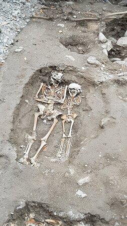 esterno cattedrale ritrovamento scheletri umani durante gli scavi.