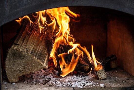 Kallmuenz, Đức: Flammkuchen aus dem Holzofen...