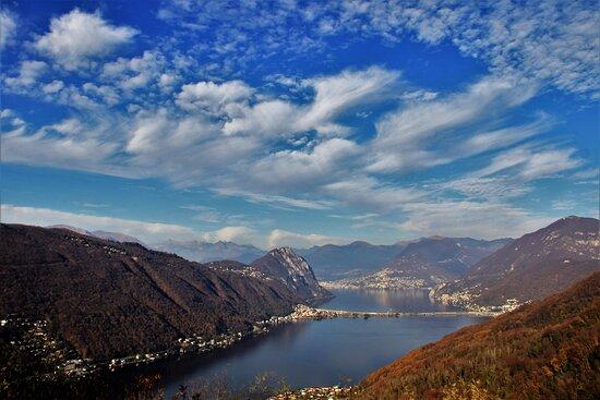 Il lago di Lugano, visto dal Monte Serpiano. 22 Novembre 2020.