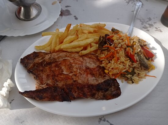 Jubrique, Španělsko: Plato principal de solomillo con guarnición de arroz y patatas fritas.