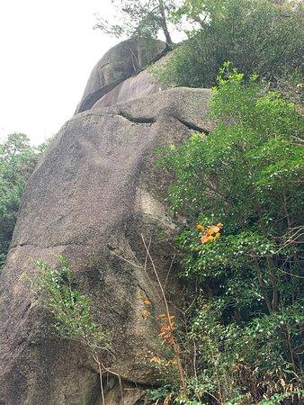巨大な岩ばかり